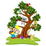 在树的许多动物与拿着放大镜的男孩 库存例证