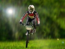 在树背景的年轻bmx自行车车手  图库摄影