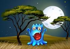 在树附近的一个妖怪在明亮的fullmoon下 免版税库存照片