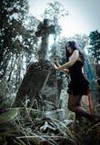 在树附近的俏丽的吸血鬼 库存照片