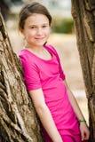 在树附近的女孩 免版税图库摄影