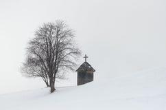 在树附近的教堂 免版税库存照片