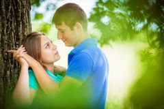 在树附近的爱恋的夫妇 免版税库存照片
