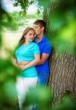 在树附近的爱恋的夫妇 库存照片