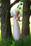 在树附近的美丽的女孩 库存照片