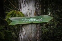 在树`小径`的老waymarker 免版税库存照片