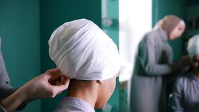 在栓可爱的新娘的镜子附近的回教妇女伊斯兰教的头巾 影视素材