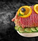 在栓的滚动的新鲜的火腿肉-小牛肉肉卷 在净网附寄的未加工的滚动的肉香料-准备到烤肉bbq和夹子 免版税库存图片