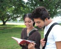 在校园之外的二位印第安学员。 免版税库存图片