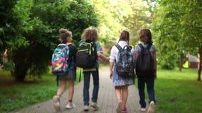 在校外的途中的快乐的青少年 开始夏天小配件,回到学校 学校友谊 影视素材