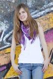 在样式青少年的墙壁附近的女孩街道画 库存图片