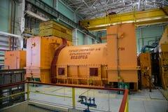 在核电站机械屋子的涡轮发电器  免版税库存图片