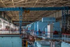 在核电站机械屋子的涡轮发电机  库存图片