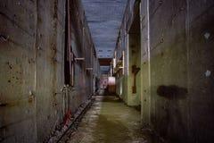 在核电站能单位的被放弃的建筑的地下走廊  免版税库存照片