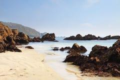 在根西岛的沿海场面与沙滩 免版税库存图片