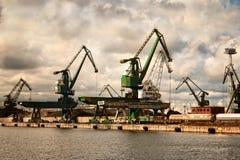 在格丁尼亚港口的起重机 库存照片