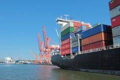 在格丁尼亚港的被装载的集装箱船  库存图片