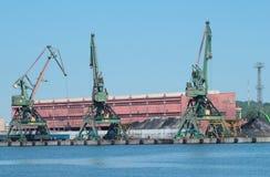 在格丁尼亚港的起重机  免版税库存图片