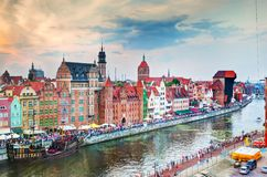 在格但斯克老镇和Motlawa河,日落的波兰的顶视图 免版税库存图片