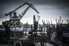 在格但斯克造船厂的重工业在波兰 免版税库存照片