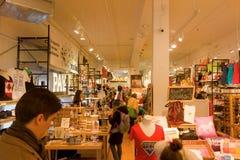 在格兰维尔海岛的一个繁忙的室内市场 库存图片