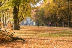 在格勒内费尔德城堡在秋天,荷兰附近的Bicylists 图库摄影