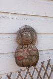 在格子篱芭和木板条做的墙壁的椰子猴子有小便的 库存照片