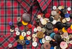 在格子花呢上衣的按钮 免版税库存图片