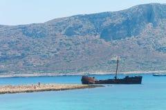 在格拉姆武萨群岛海岛附近的船击毁 免版税库存照片