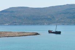 在格拉姆武萨群岛海岛附近的船击毁 图库摄影