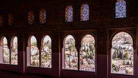 在格拉纳达,虽然阿拉伯人成拱形窗口,西班牙的看法 库存图片