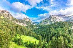 在格斯塔德,瑞士附近的山风景 库存照片