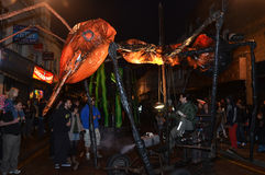 在格林威治和港区国际节日2012年6月23日的下来Insectes罗马路 库存图片