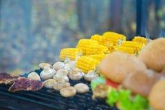 在格栅和玉米烹调的户外汉堡 库存图片