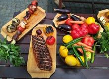 在格栅和肉烘烤的菜 图库摄影