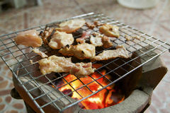 在格栅和黑胡椒的烤猪肉 库存照片