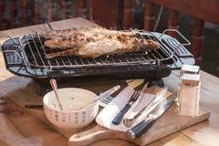 在格栅在家烘烤的鱼栖息处 免版税图库摄影