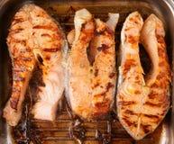 在格栅平底锅油煎的三块鲑鱼排 图库摄影