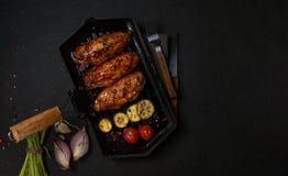 在格栅平底锅烤的鸡 水平的看法从上面 库存图片