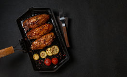 在格栅平底锅烤的鸡 水平的看法从上面 免版税库存图片