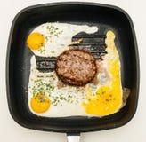 在格栅平底锅的可口汉堡准备在家 免版税库存图片
