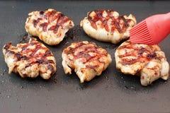 在格栅平底锅的烤鸡肉有不粘锅的涂层的 免版税库存照片