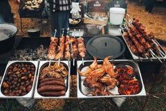 在格栅烘烤的肉用土豆 肉纤巧 街道食物和肉节日  库存照片