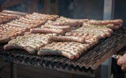 在格栅烹调的新鲜的法兰克福香肠 库存照片