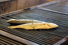 在格栅烹调的鱼 免版税库存图片