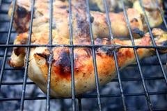 在格栅特写镜头的开胃烤鸡腿 免版税库存照片