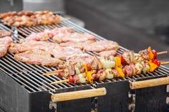 在格栅特写镜头的牛肉kababs 库存照片