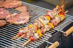 在格栅特写镜头的牛肉kababs 免版税库存图片