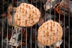 在格栅的剁碎的猪肉与煮熟的跳舞火焰 免版税库存图片