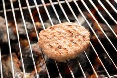 在格栅的剁碎的猪肉与煮熟的跳舞火焰 免版税库存照片